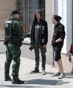 Polizist beschützt (wen auch immer) vor gefährlichen 12 Jährigen